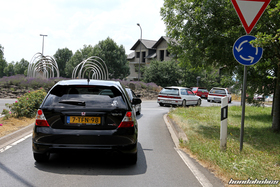 The EE-Meeting convoy drives through a roundabout