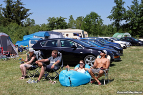 People are sitting on camping chairs at the Hondapower-Meet