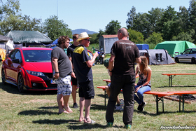 A group of Honda-Fans talks in front of a Civic FK2R