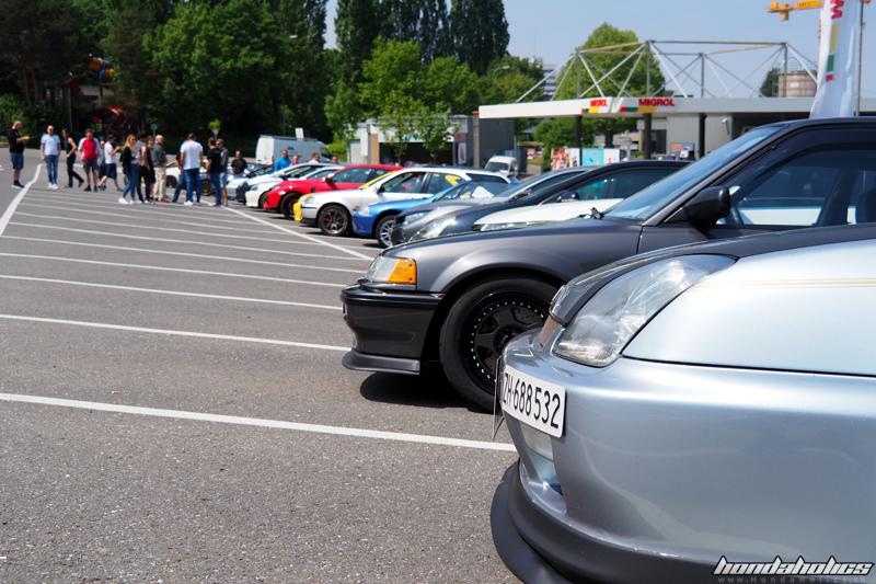 Verschiedene Honda aufgereiht auf dem Parkplatz