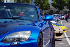 Blauer S2000 AP1 vor einem hellbraunen AP2