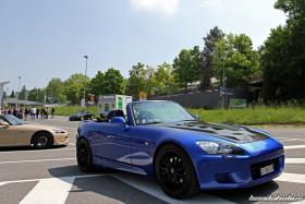 Seitenansicht eines blauen Honda S2000 AP1 auf schwarzen OZ Ultraleggera