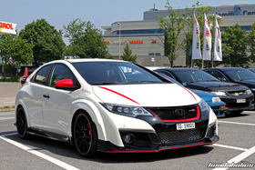 Weisser Civic Type R FK2R mit roten Rückspiegeln