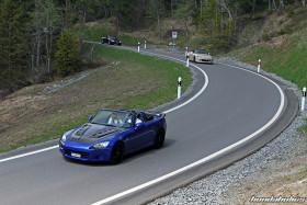 Drei Honda S2000 fahren durch eine Kurve
