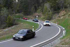 Zwei Civic fahren vor zwei CRX auf einer Bergstrasse