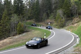 Verschiedene dunkle Honda fahren eine Kurve