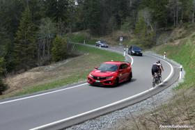 Roter Honda FK8 auf einer Bergstrasse