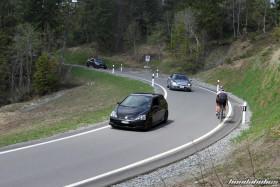 Schwarzer Civic und silberner Prelude fahren einen Pass