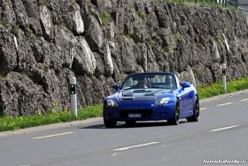 Blauer S2000 AP1 fährt auf der Landstrasse