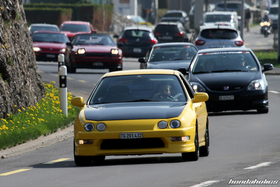 Sunlight Yellow Honda Integra Type R im Konvoi
