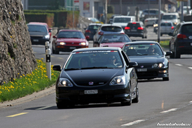 Schwarzer Civic EP3 und Integra DC2 fahren hintereinander auf der Landstrasse