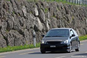 Schwarzer Honda Civic EP3 mit Xenon-Scheinwerfer auf der Landstrasse
