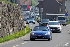 Verschiedene Hondas fahren aus einem Dorf