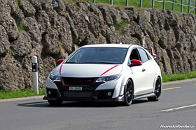Weisser Honda Civic Type R auf der Landstrasse