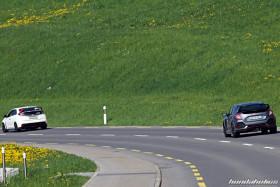 Weisser Civic Type R FK2 und grauer FK8 von hinten auf einer Landstrasse